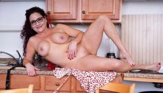 Milf babe Amanda Ryder longs to take off her glasses and her clothes so ...